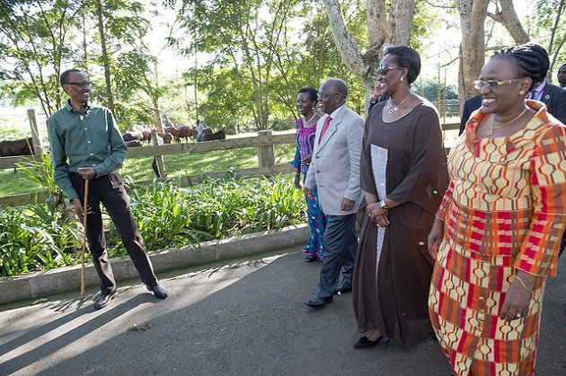 Kagame hosts Magufuli at his home. flickr/photos/paulkagame