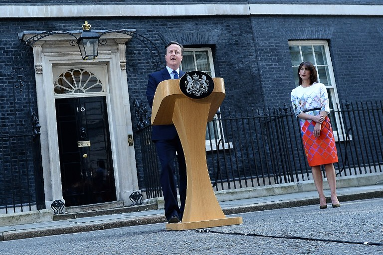 British Prime Minister David Cameron (C) flanked his wife Samantha speaks to the press in front of 10 Downing street in central London on June 24, 2016. Britain has voted to break out of the European Union, striking a thunderous blow against the bloc and spreading panic through world markets Friday as sterling collapsed to a 31-year low. / AFP PHOTO / BEN STANSALL