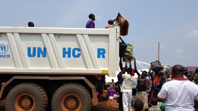 Refugees fleeing South Sudan to Uganda. Photo via @yaxle