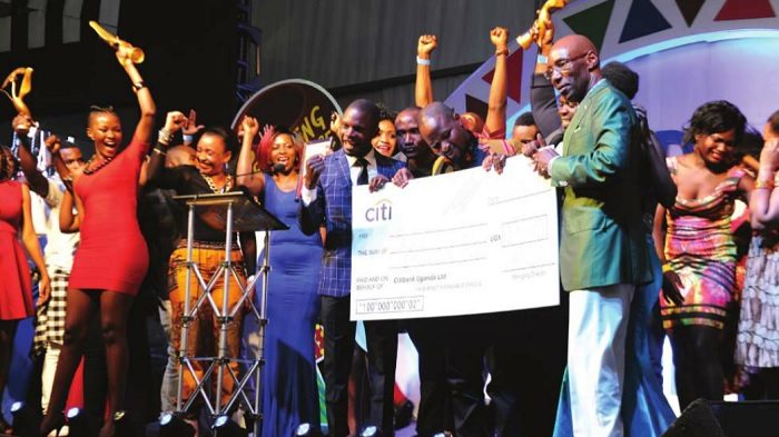 UCC ED Godfrey Mutabazi (R) hands over a cheque to film actors of yet to be launched Freedom at the Kampala Serena Hotel during the Uganda Film Festival held on Aug. 26, 2016. INdependent /Isaac Khisa