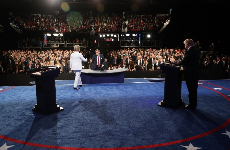 LAS VEGAS, NV - OCTOBER 19: Democratic presidential nominee former Secretary of State Hillary Clinton shakes hands with Fox News anchor and moderator Chris Wallace as Republican presidential nominee Donald Trump (R) looks on after the third U.S. presidential debate at the Thomas & Mack Center on October 19, 2016 in Las Vegas, Nevada. Tonight is the final debate ahead of Election Day on November 8. Joe Raedle/Getty Images/AFP