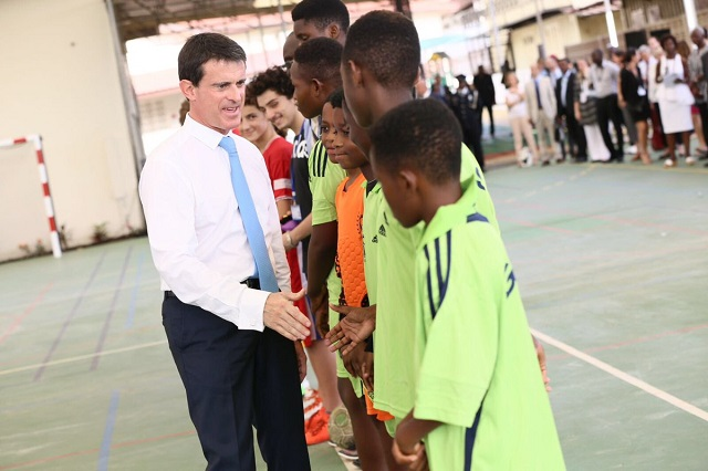 PM Valls meets youth in Ghana