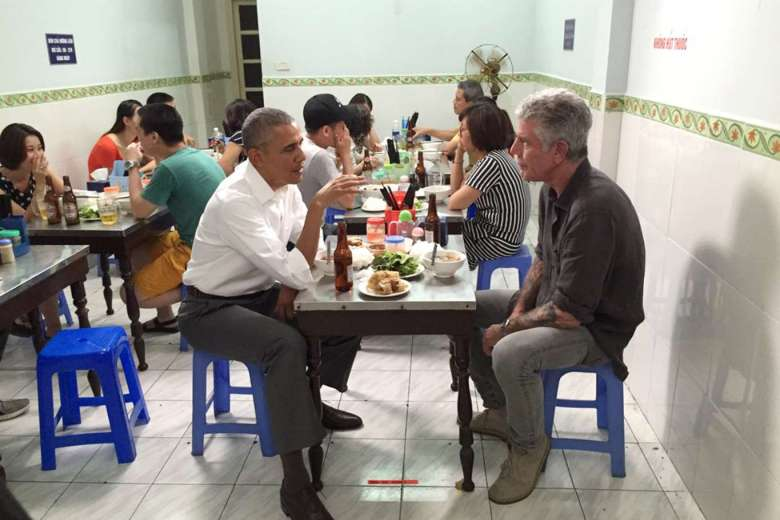 Obama eats out in Hanoi, when he visited Vietnam early this year.