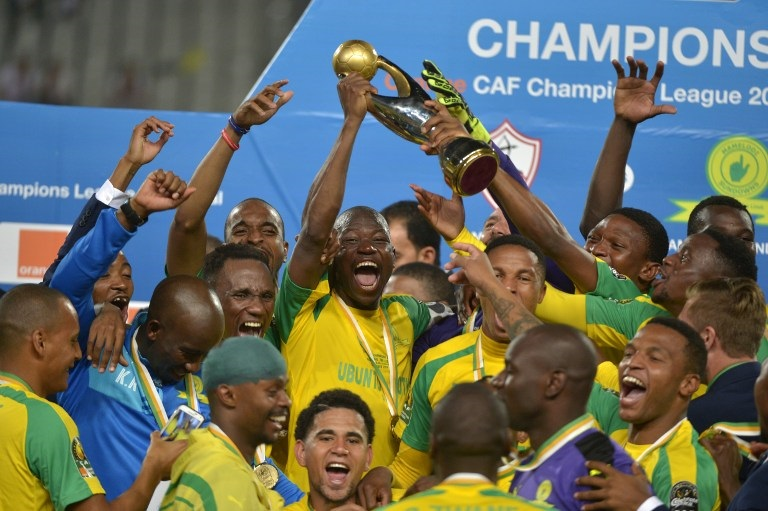 Mamelodi Sundowns' players celebrate with the trophy after winning the CAF Champions League football competition following the final match against Egypt's Zamalek on October 23, 2016 at the Borg el-Arab Stadium near Alexandria. / AFP PHOTO / STRINGER