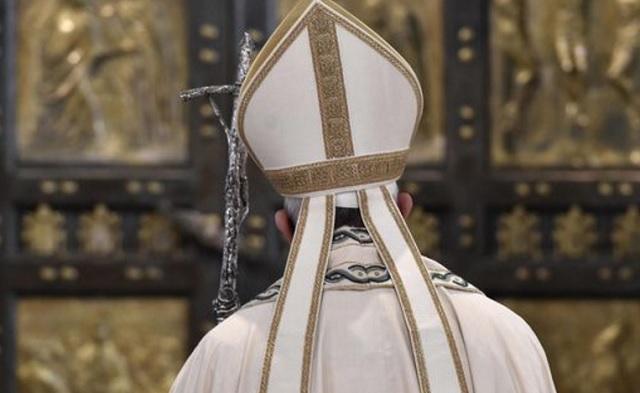 pope-francis-closes-door-1