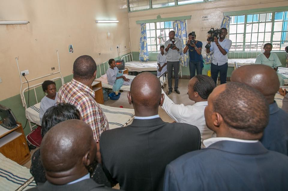 Uhuru checks on patients after Commissioning new medical equipment at Kericho Hospital. Doctors are on strike, and government has sent out army doctors to help.