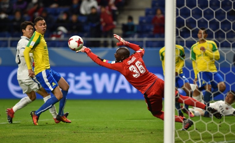 Mamelodi Sundowns goalkeeper Denis Onyango of Uganda (C) tries to clear the ball during the Club World Cup football match between Kashima Antlers and Mamelodi Sundowns in Suita, Osaka prefecture on December 11, 2016 / AFP PHOTO / KAZUHIRO NOGI